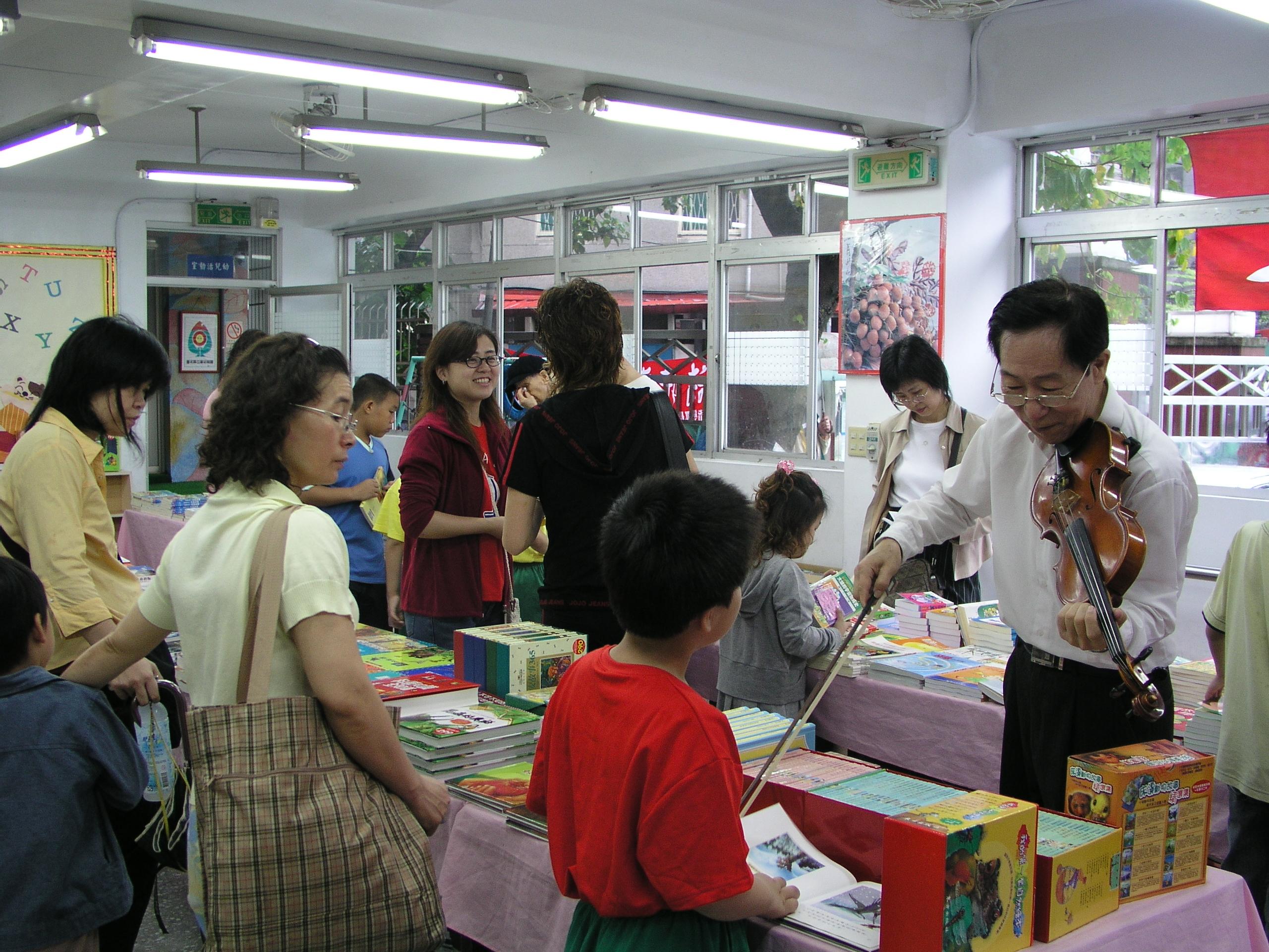 活動中心還有書展,也是許多家長懶得走動時,都會在裡面休息。