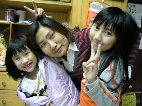 媽媽與兩位女兒的合照